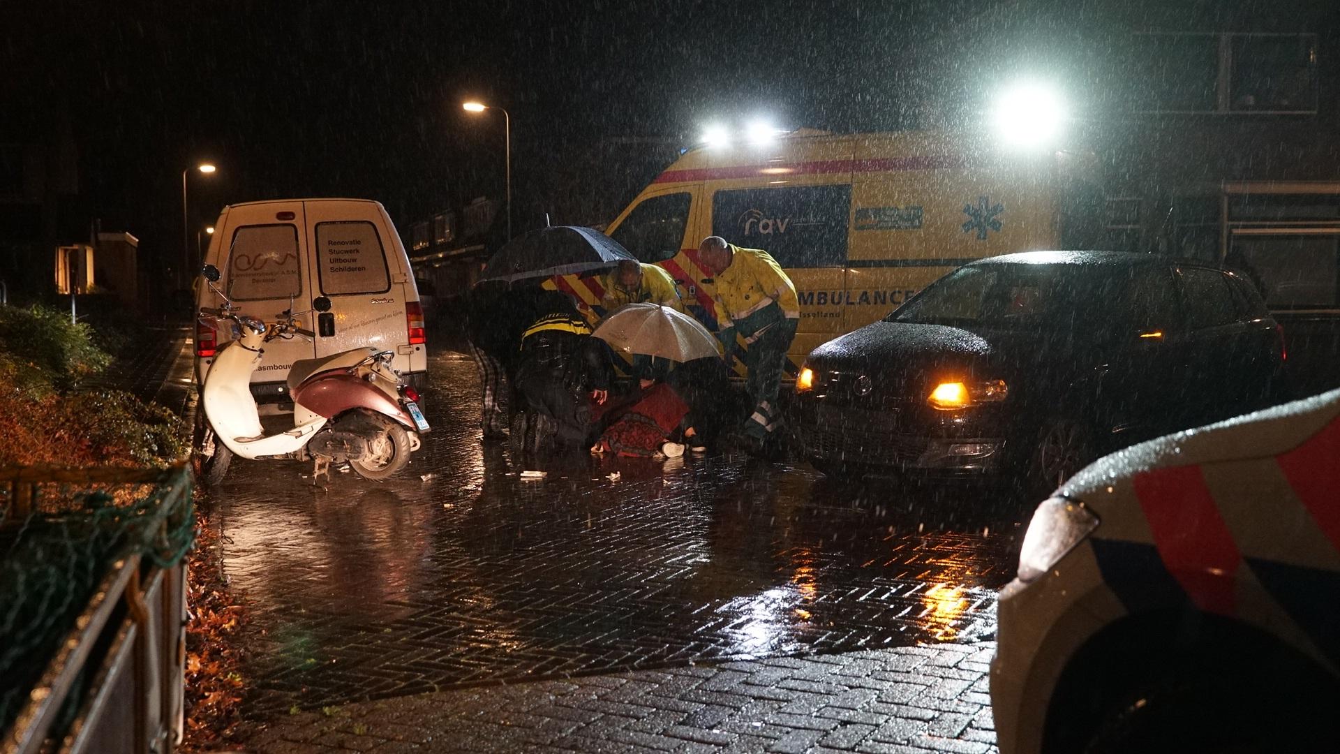 Vrouw op scooter raakt gewond na aanrijding met auto in Deventer.