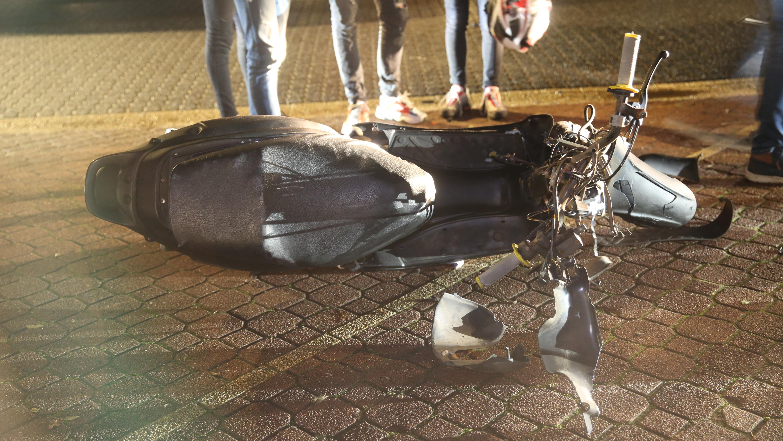 Scooterrijder naar ziekenhuis na botsing met auto in Westerhaar.