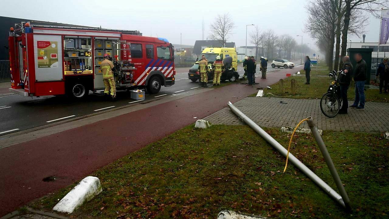 Auto total loss na botsing met lantaarnpaal in Enschede.