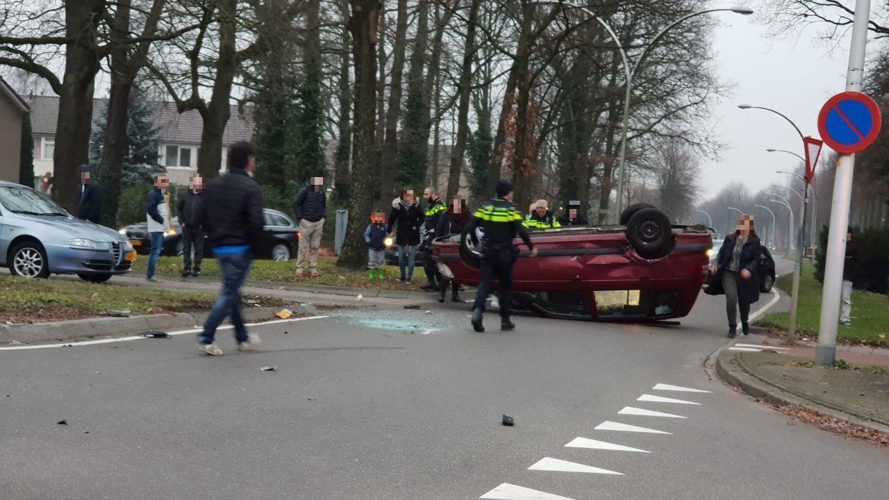 Auto slaat over de kop na botsing in Hengelo, twee gewonden.