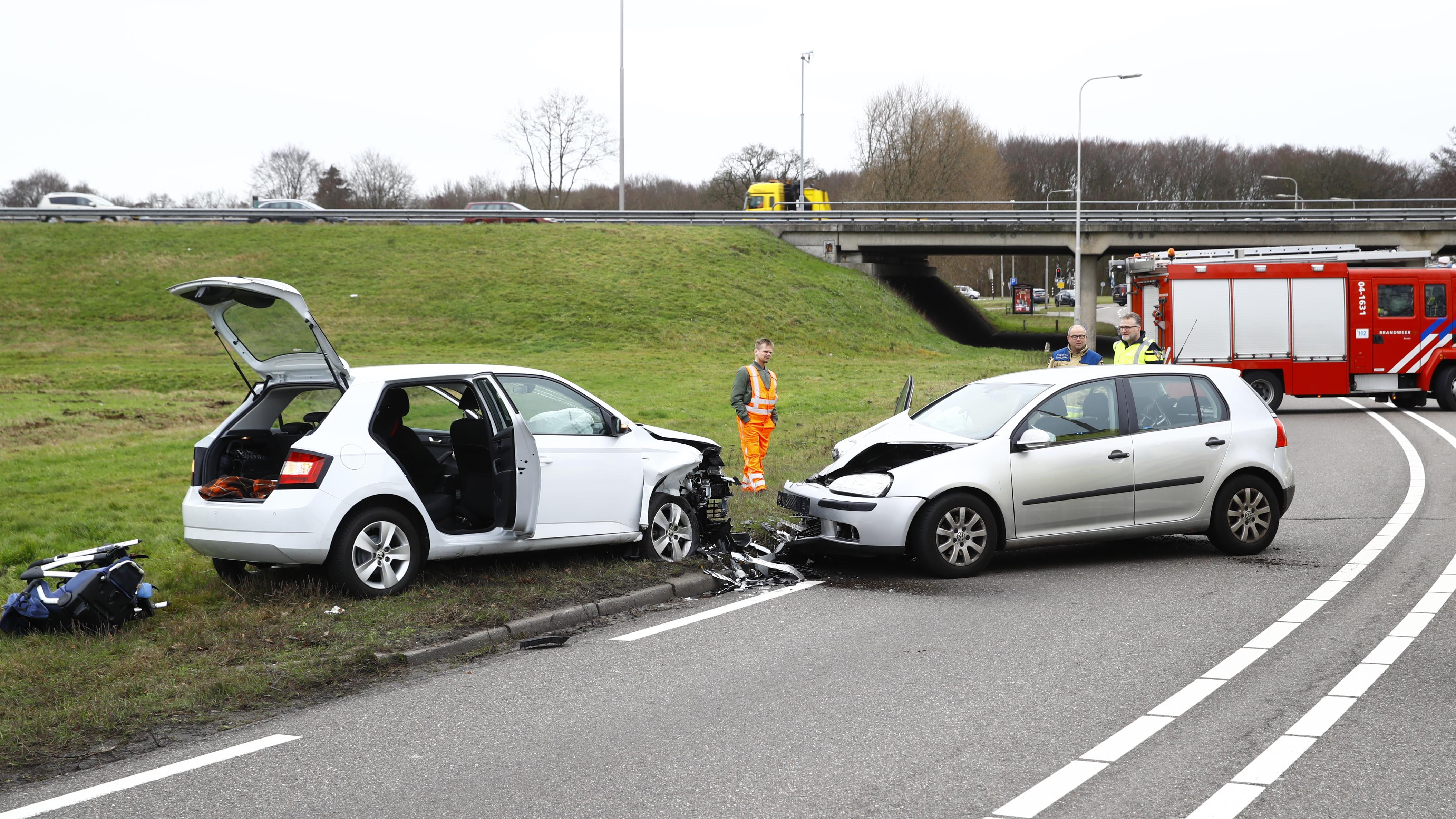 Vrouw komt om het leven bij frontale botsing autos in Zwolle.