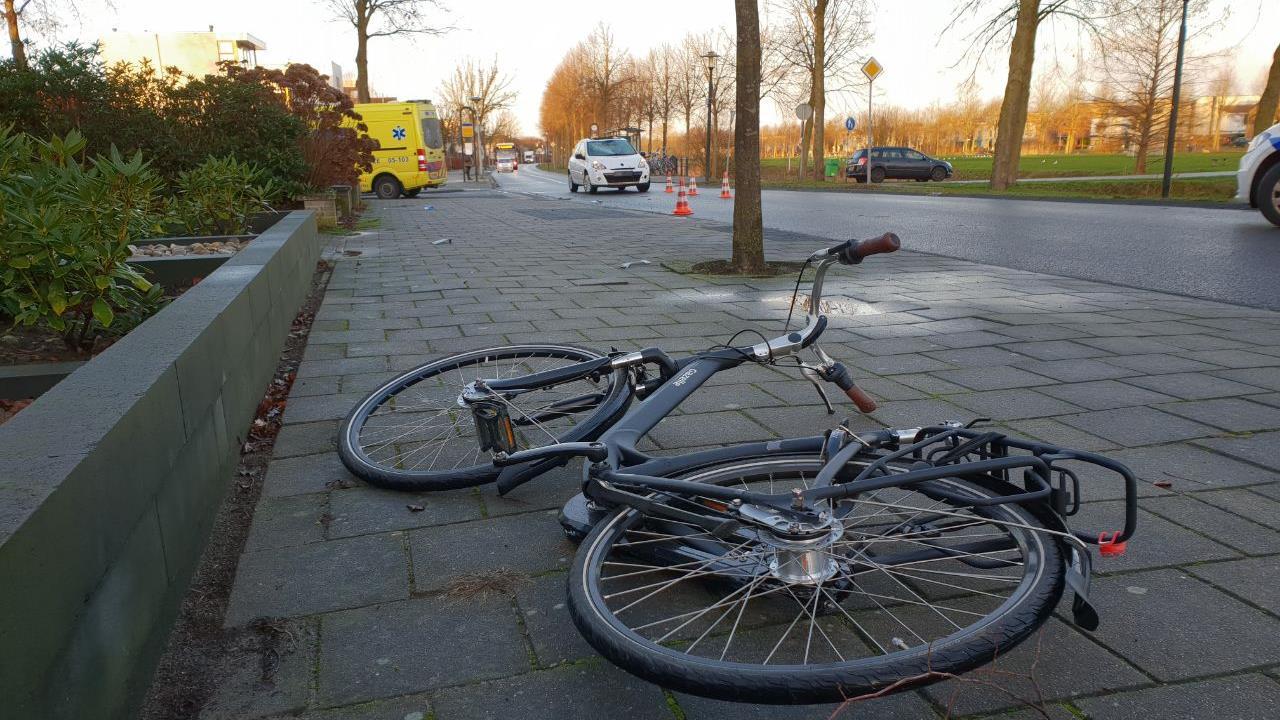 Fietser naar ziekenhuis na aanrijding auto Hengelo.