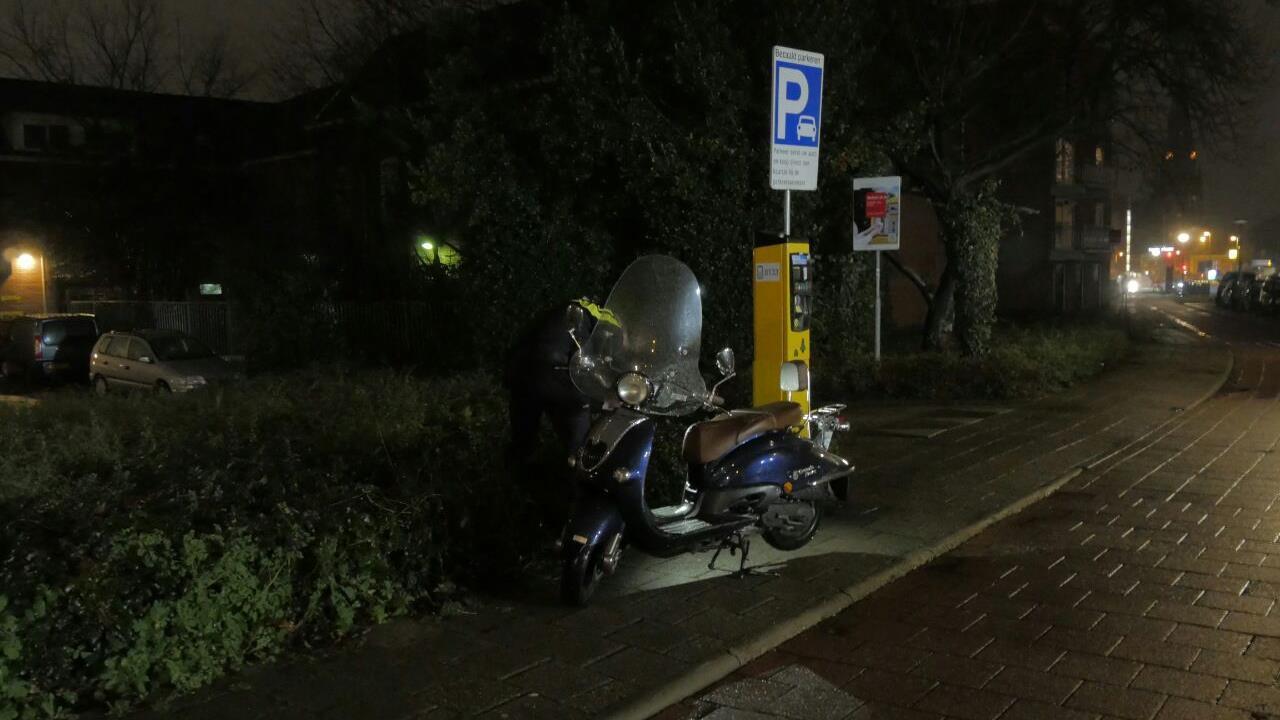 Scooterrijder in Enschede gewond na aanrijding.