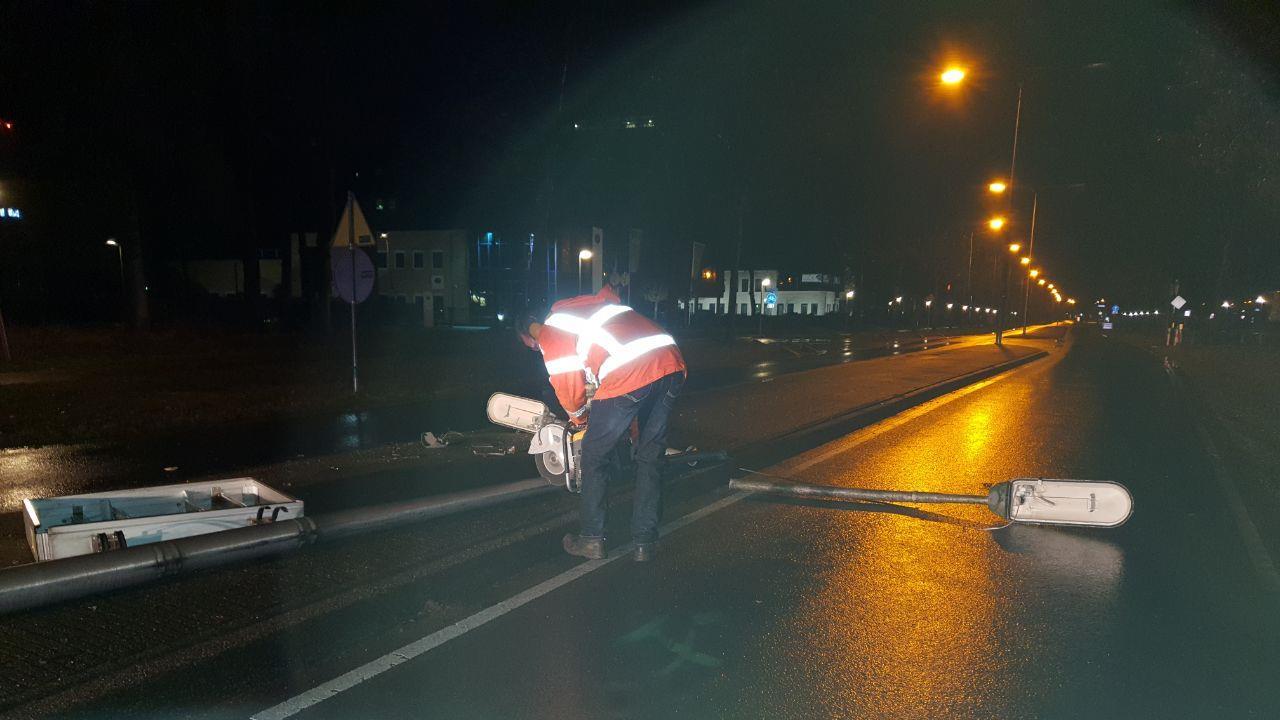 Auto total loss na aanrijding met lantaarnpaal in Hengelo.