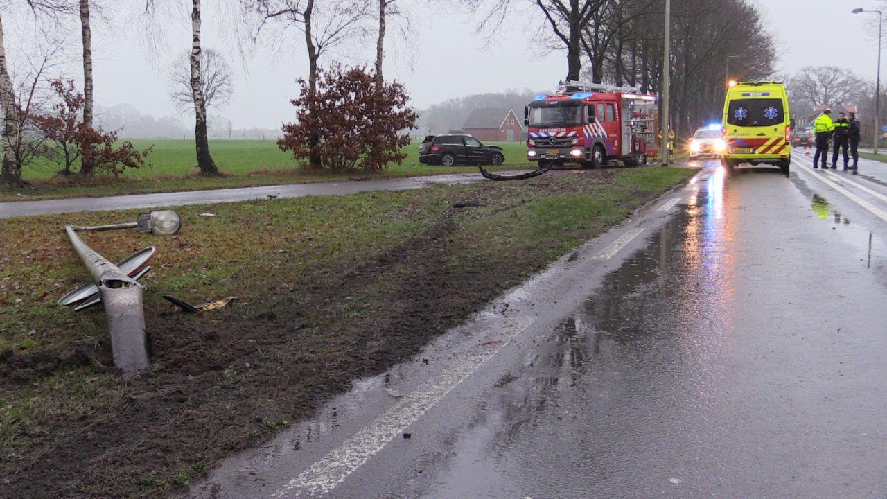 Snelweg A58 weer open na ongeluk met vrachtwagen en twee autos, gewonde naar ziekenhuis.