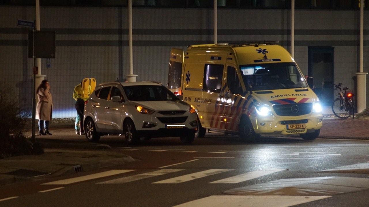 Fietsster naar ziekenhuis na aanrijding met auto in Haaksbergen.