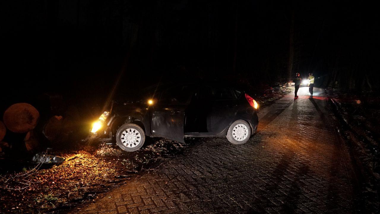 Automobiliste in Olst naar ziekenhuis na botsing op gekapte boomstammen.