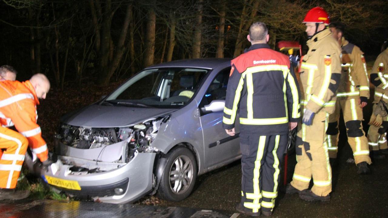 Vrouw gewond na botsing met auto achterop vrachtwagen op N35 bij Haarle.
