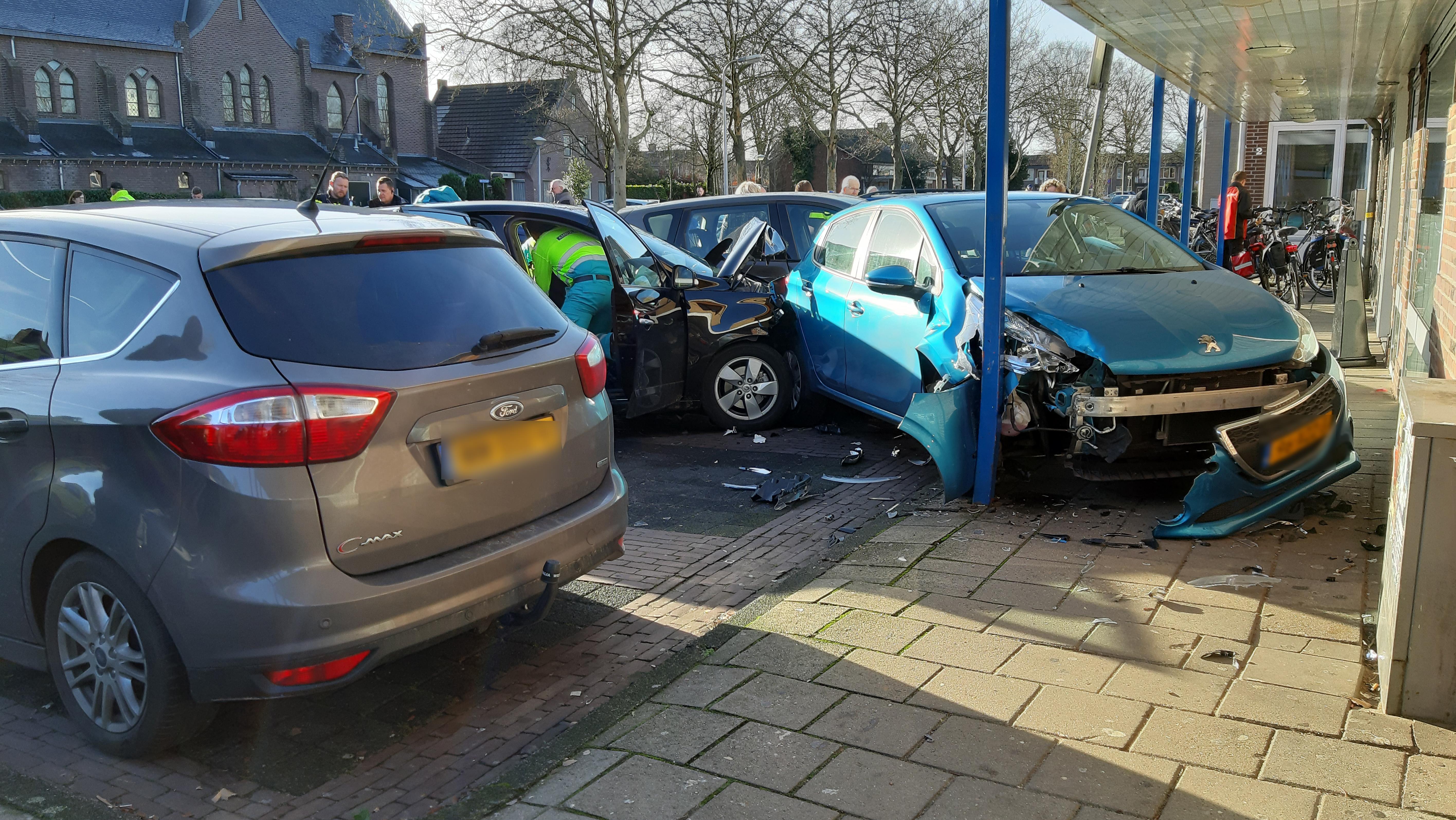 Automobilist gewond na botsing met twee geparkeerde autos in Dalfsen.