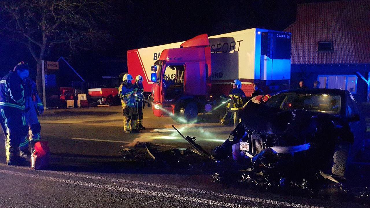 Automobilist naar ziekenhuis na botsing met vrachtwagen in Langeveen.
