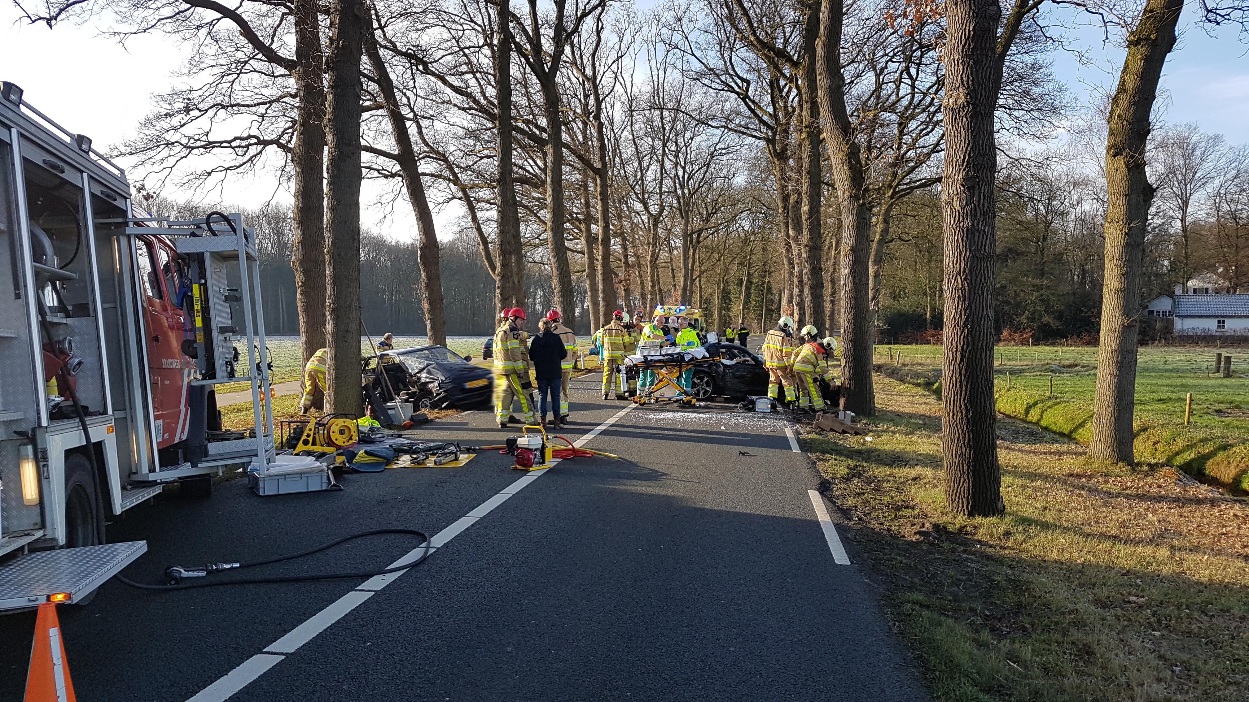 Meerdere gewonden bij frontale botsing in Dalfsen.