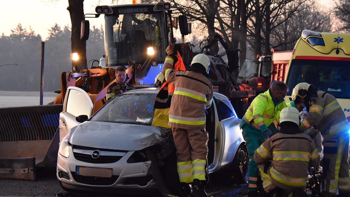 Automobilist gewond bij aanrijding met tractor in Dalfsen.