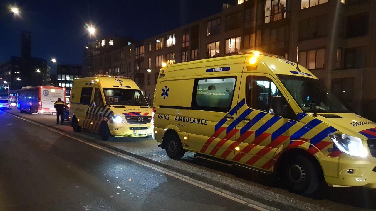 Voetganger ernstig gewond na aanrijding met stadsbus in Hengelo.