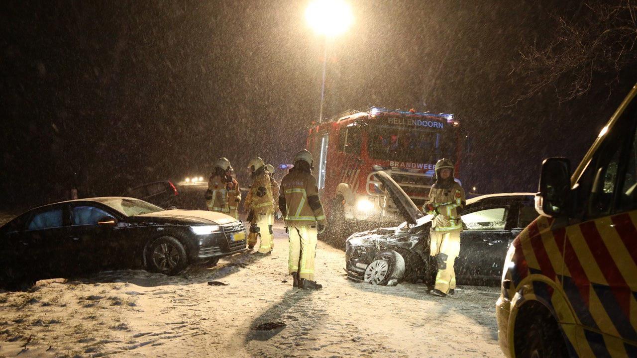 Vrouw gewond na frontale botsing met auto in Hellendoorn.