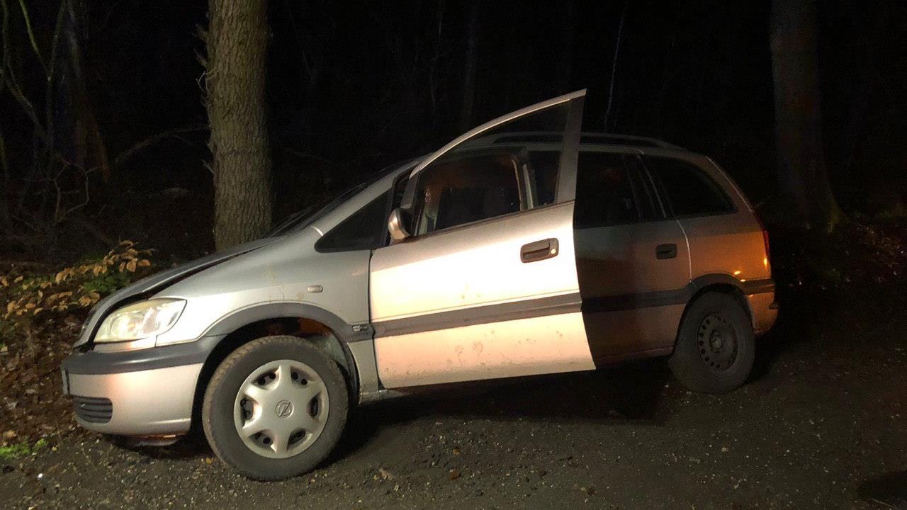 Automobiliste raakt gewond bij botsing tegen boom in Hellendoorn.