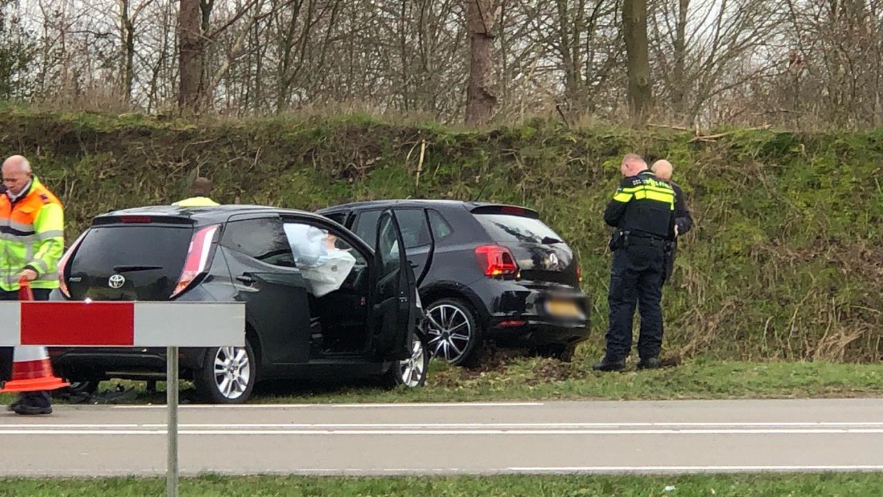 Drie gewonden bij botsing tussen twee autos in Nijverdal.