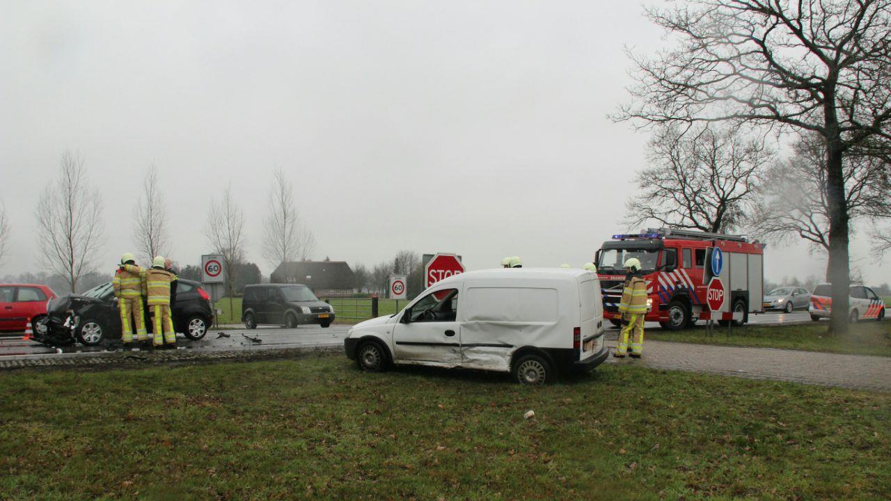 Vrouw met drie kinderen voor controle naar het ziekenhuis na botsing met bestelbus Raalte.