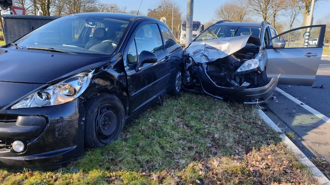 Gewonde bij aanrijding tussen twee autos in Hengelo.