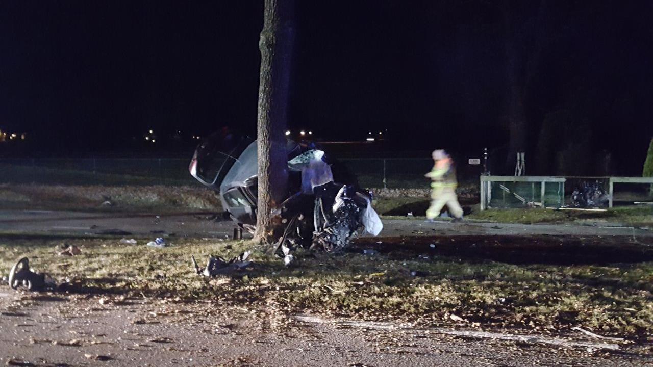 Automobilist met spoed naar ziekenhuis na botsing tegen boom op N347 bij Hengevelde.