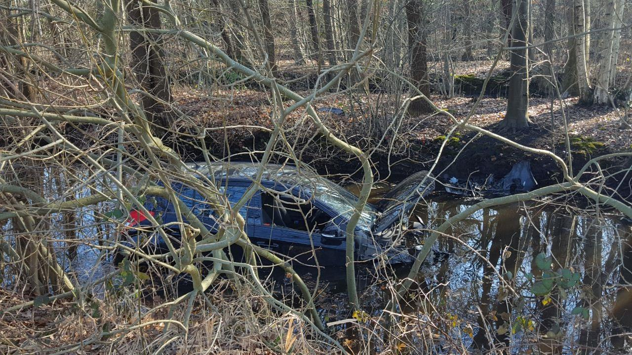 Auto belandt in de sloot na botsing in Ambt Delden.
