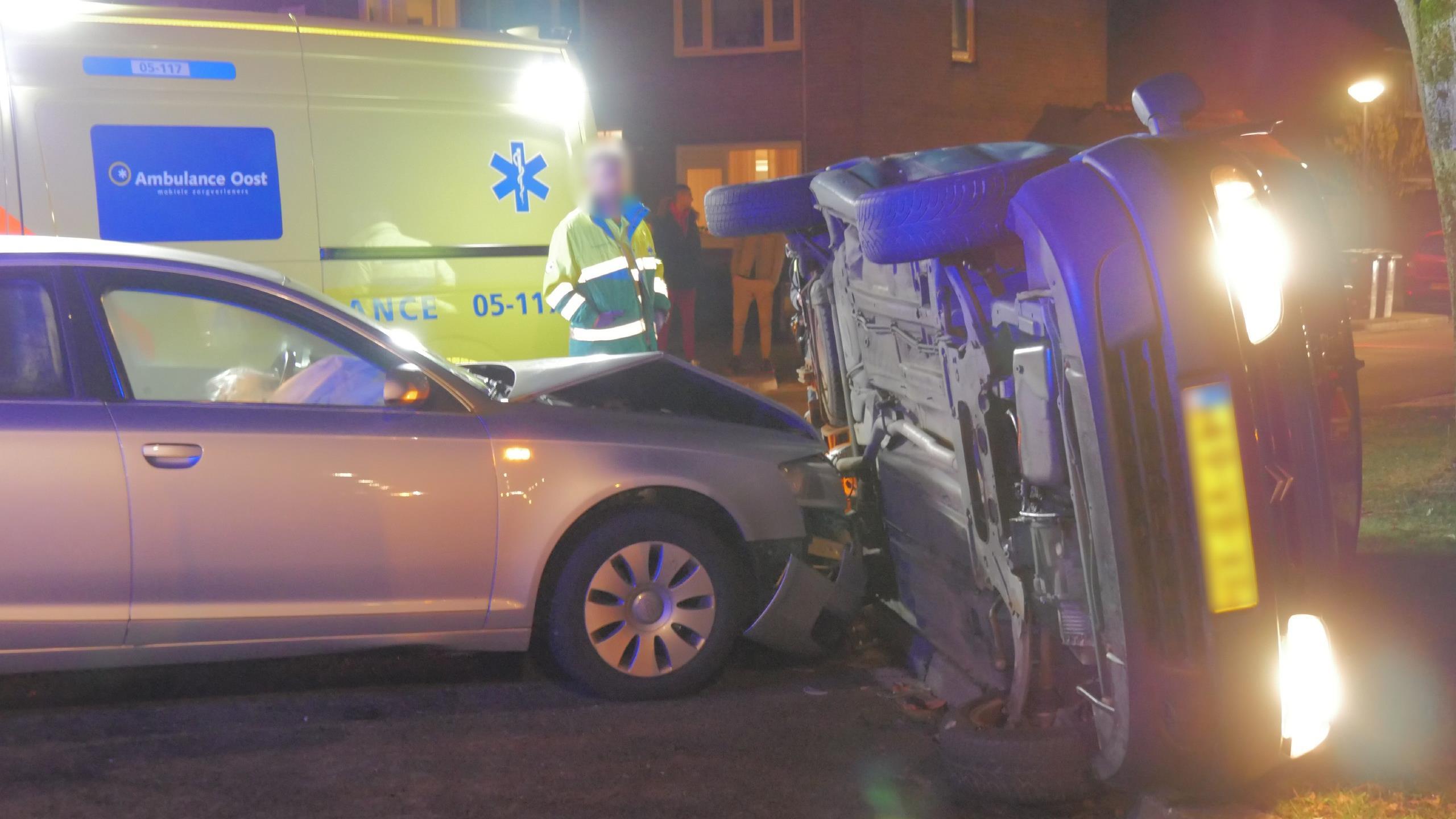 Auto op zijn kant bij botsing in Enschede.
