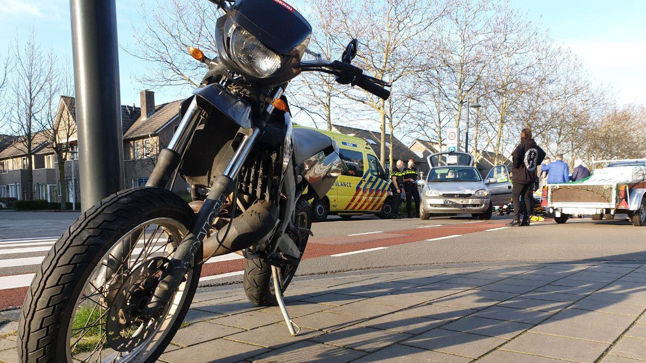 Bromfietser raakt gewond na botsing met auto in Borne.