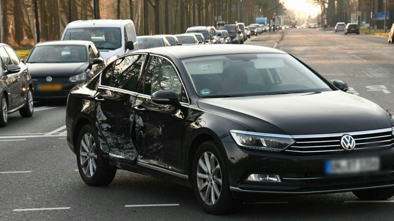 Twee autos lopen flinke schade op bij aanrijding in Enschede.