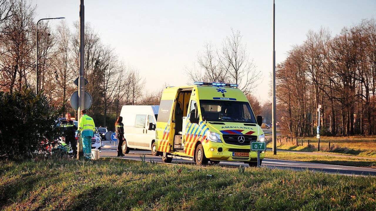 Motorrijder gewond aan been bij botsing met auto in Oldenzaal.