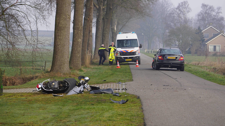 Scooterrijder gewond naar ziekenhuis na botsing bij Nieuwleusen.