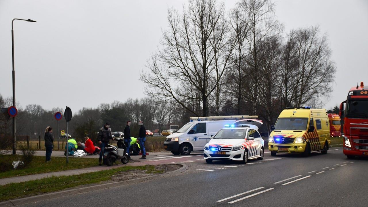 Vrouw met spoed naar ziekenhuis na aanrijding op N341 bij Westerhaar.