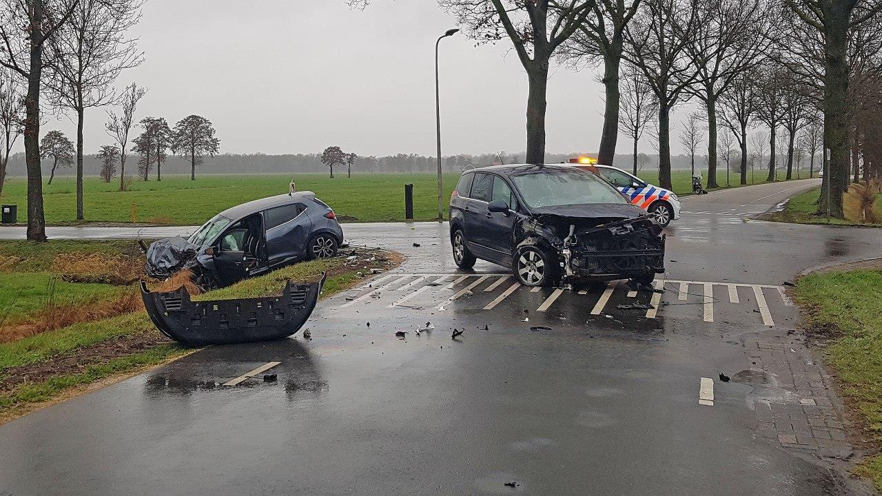 Automobilist naar ziekenhuis na ongeval in Staphorst.