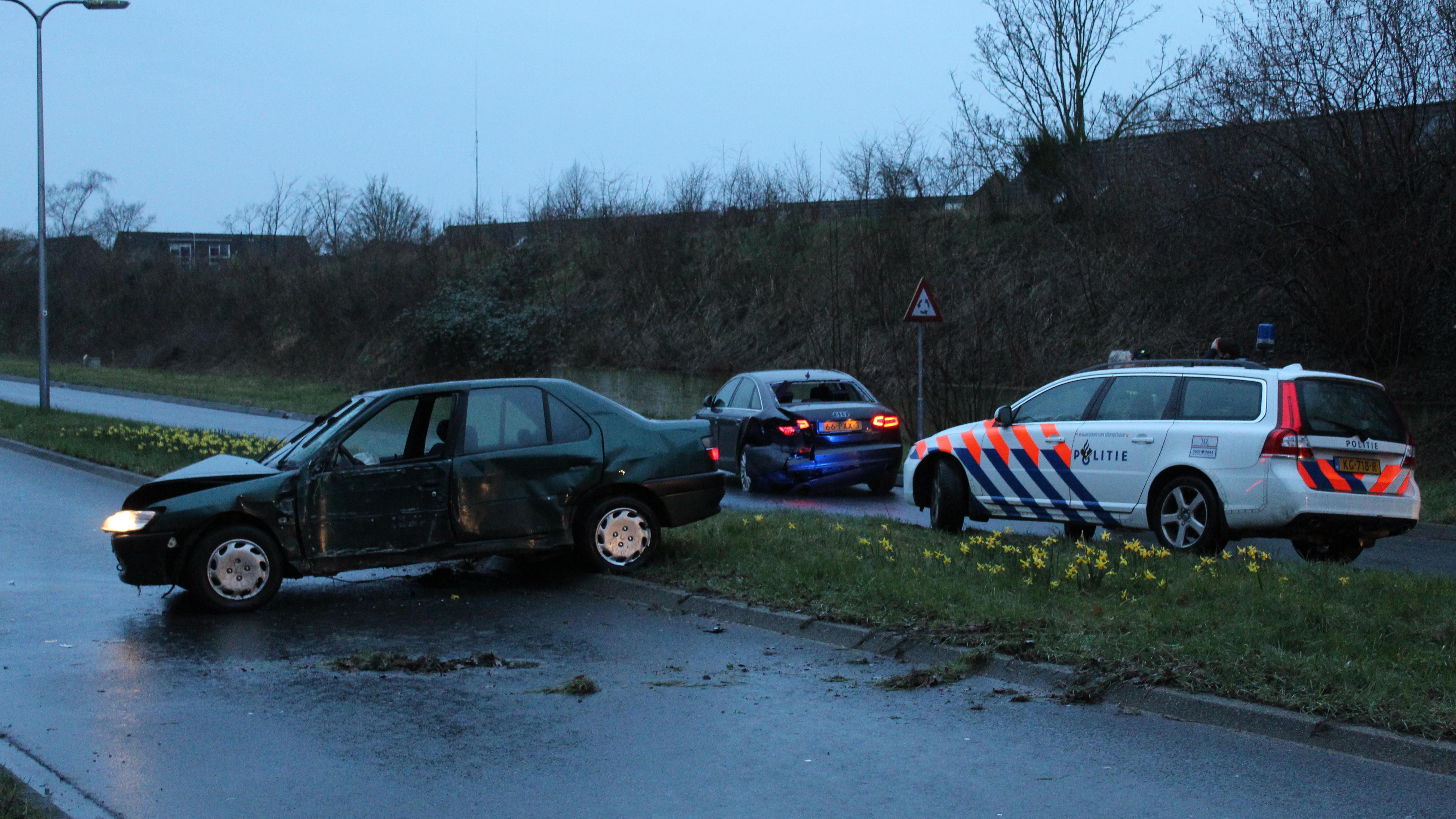 Botsing na achtervolging door Zwolle, bestuurder voortvluchtig.