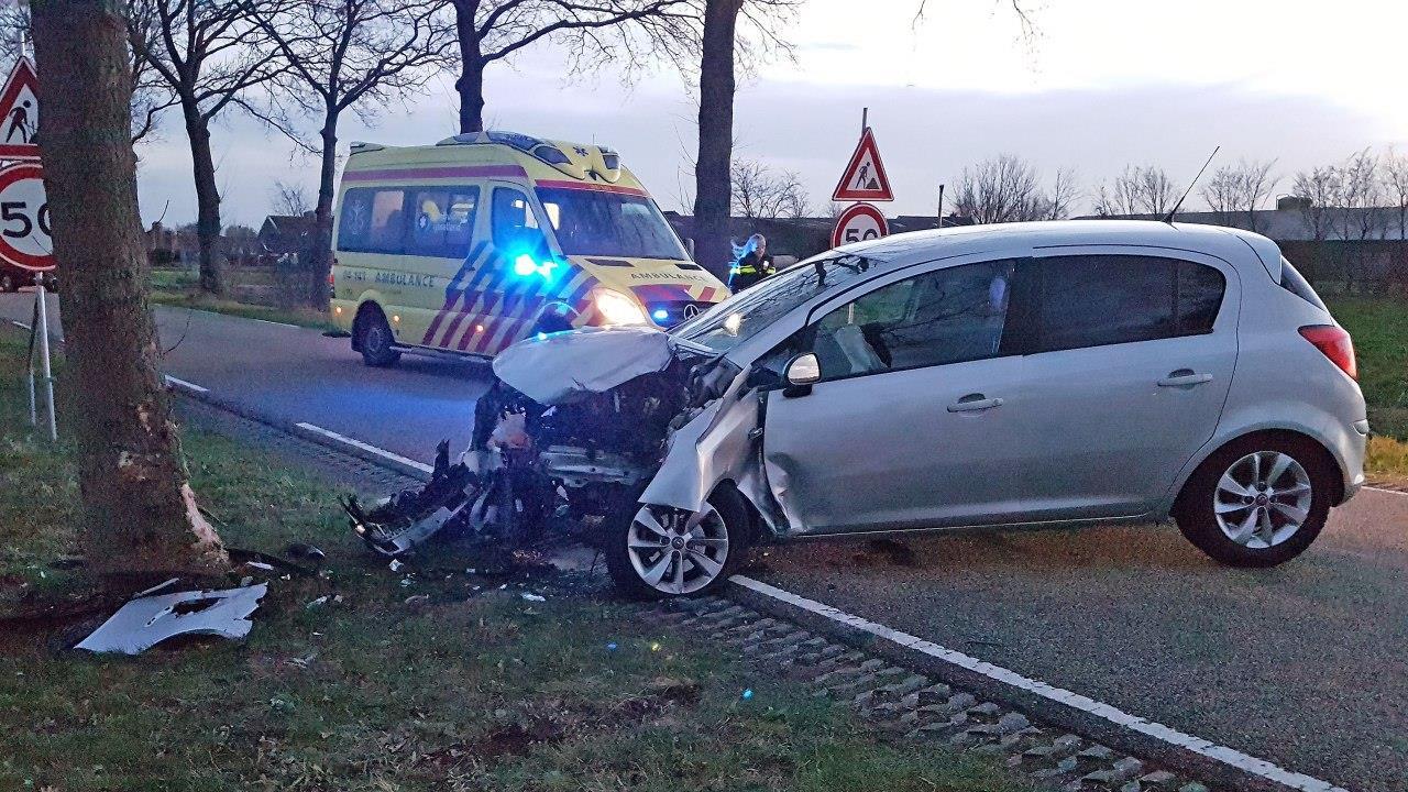 Bestuurder raakt gewond bij frontale botsing met boom in Dalfsen.