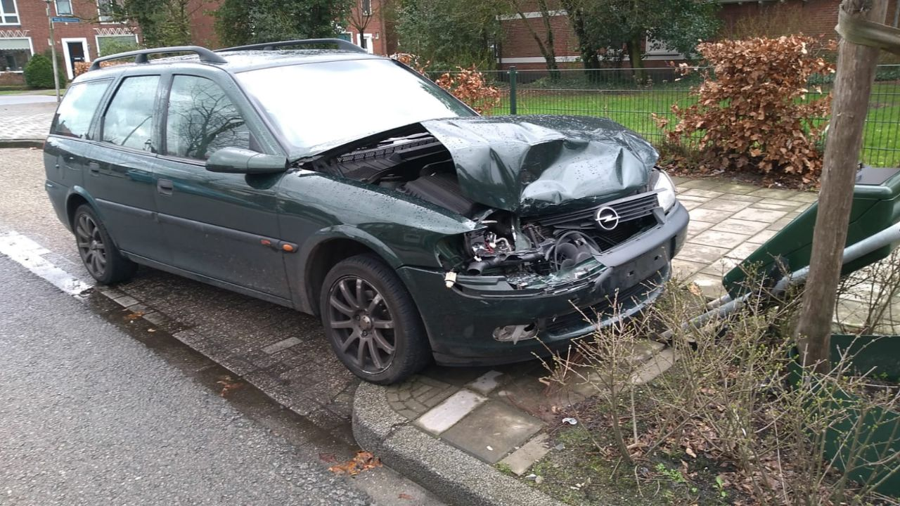 Automobilist spoorloos na aanrijding in Enschede.