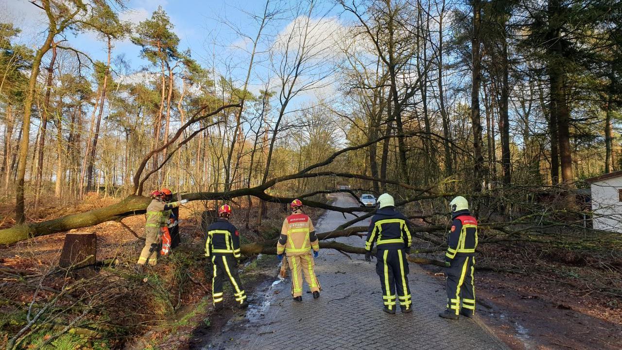 Schade en ongevallen door onstuimig weer in Overijssel.