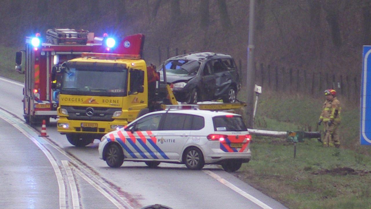 Bestuurder gewond naar het ziekenhuis gebracht na ongeluk op N35 bij Enschede.
