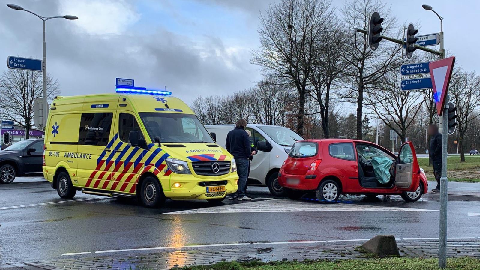 Botsing tussen auto en busje in Oldenzaal: een persoon naar ziekenhuis.