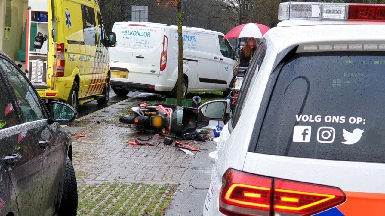 Scooterrijder naar ziekenhuis na ongeval in Hengelo.