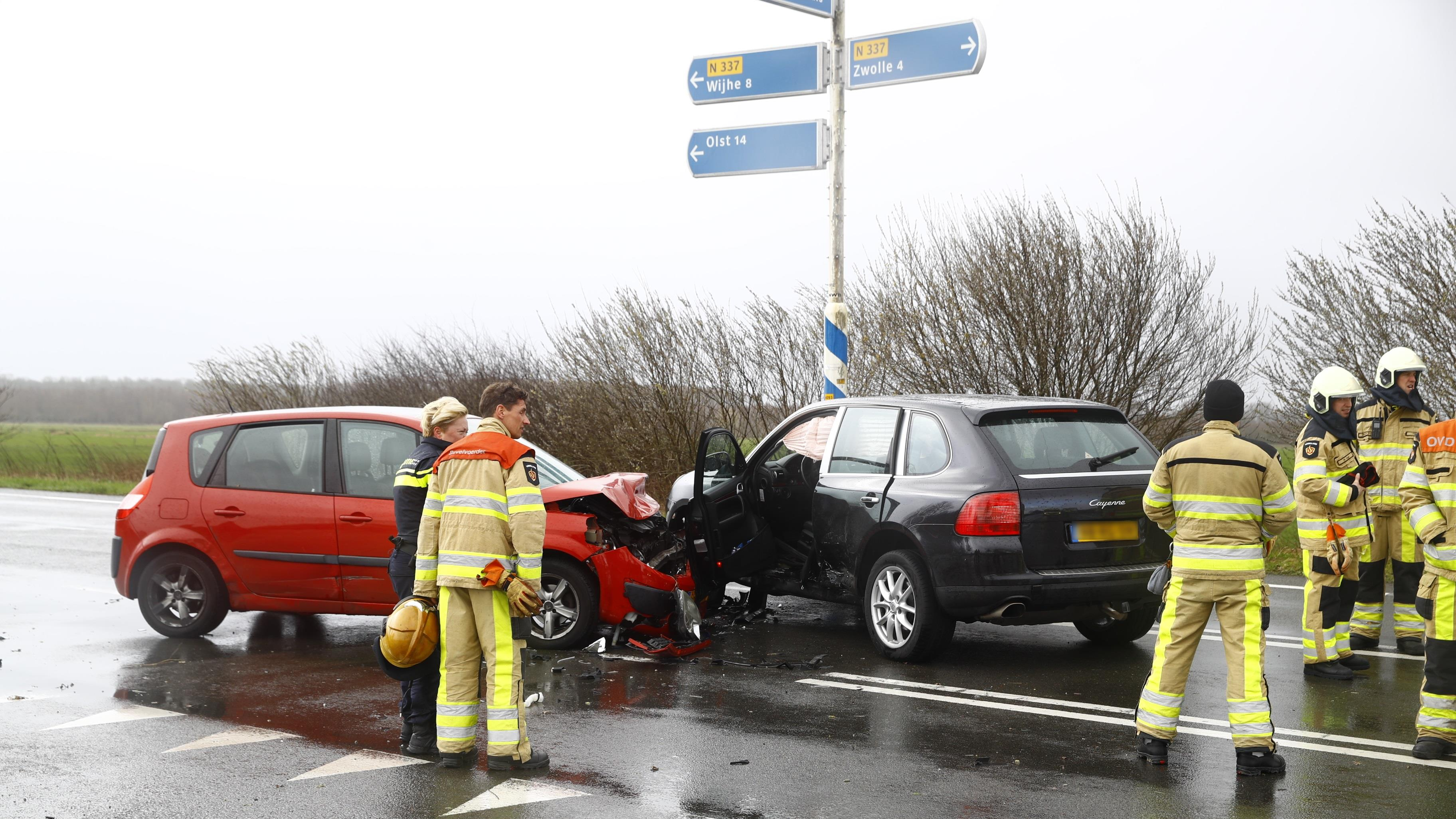 Twee personen naar ziekenhuis na aanrijding bij Zwolle.