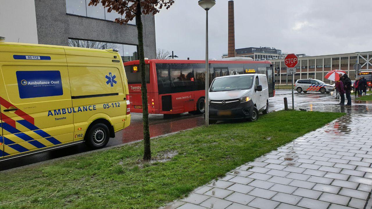 Fietsster gewond na aanrijding met busje in Enschede.