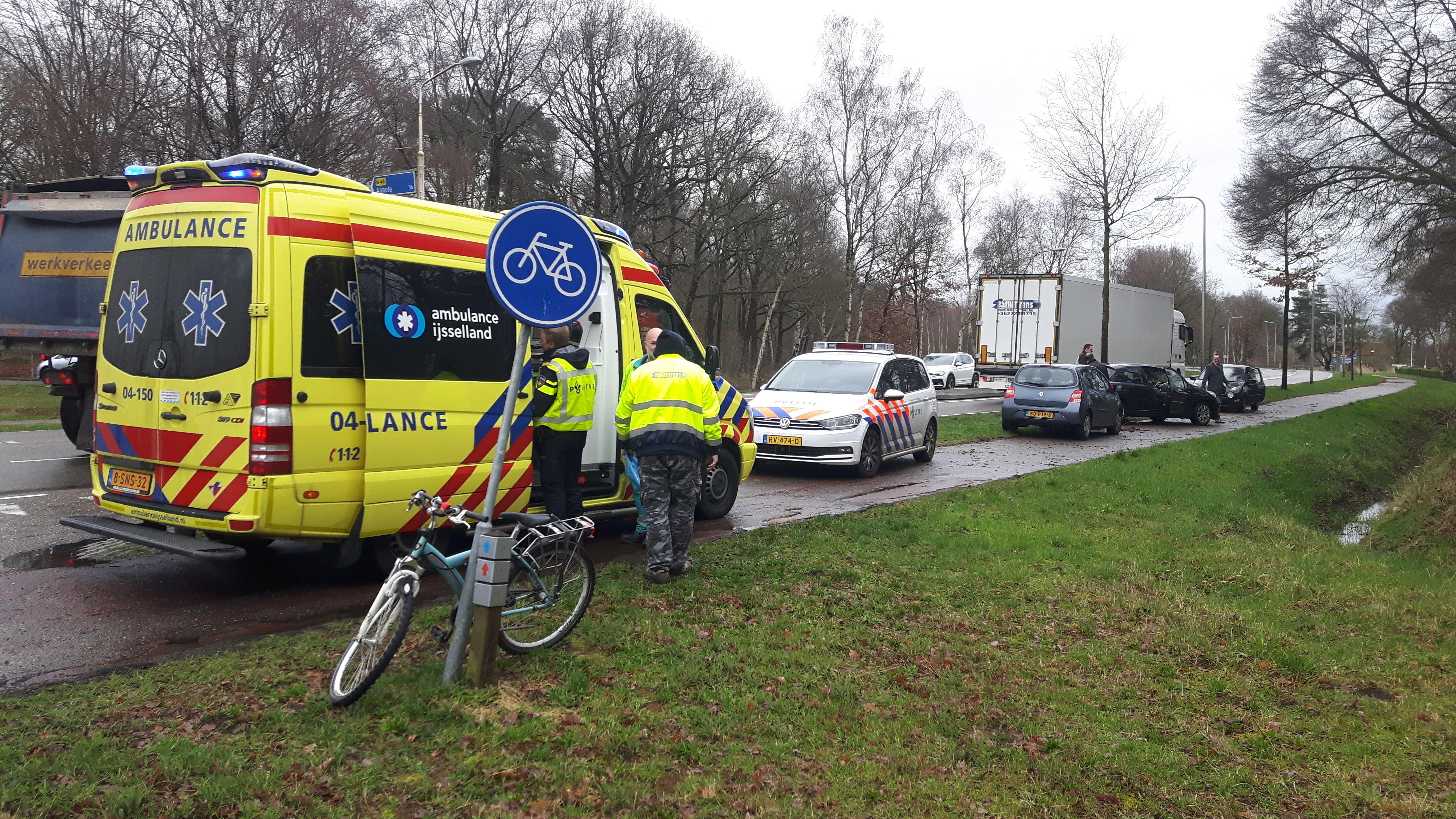 Fietser gewond bij aanrijding met vrachtwagen in Ommen.