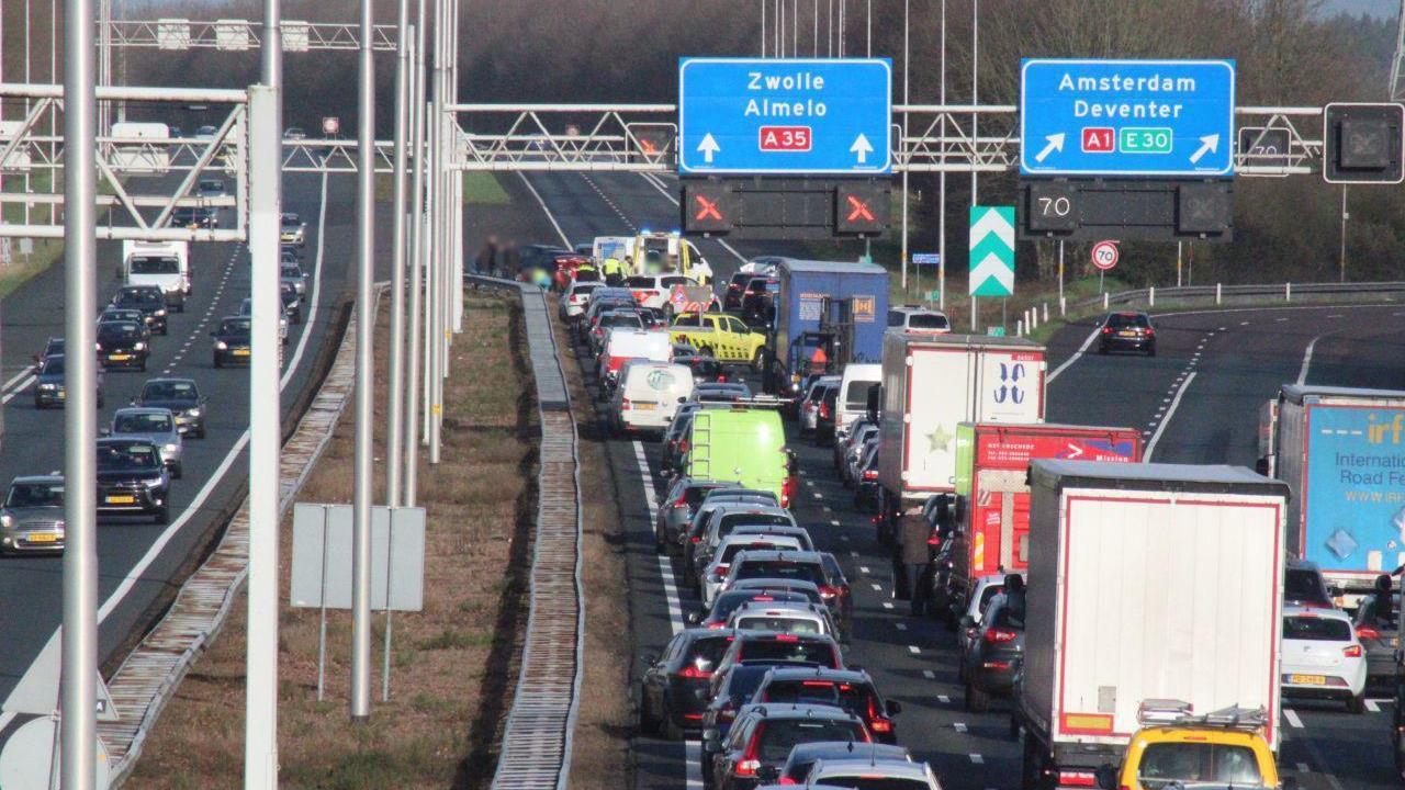 Zwaargewonde bij ongeluk met vijf autos op A35.