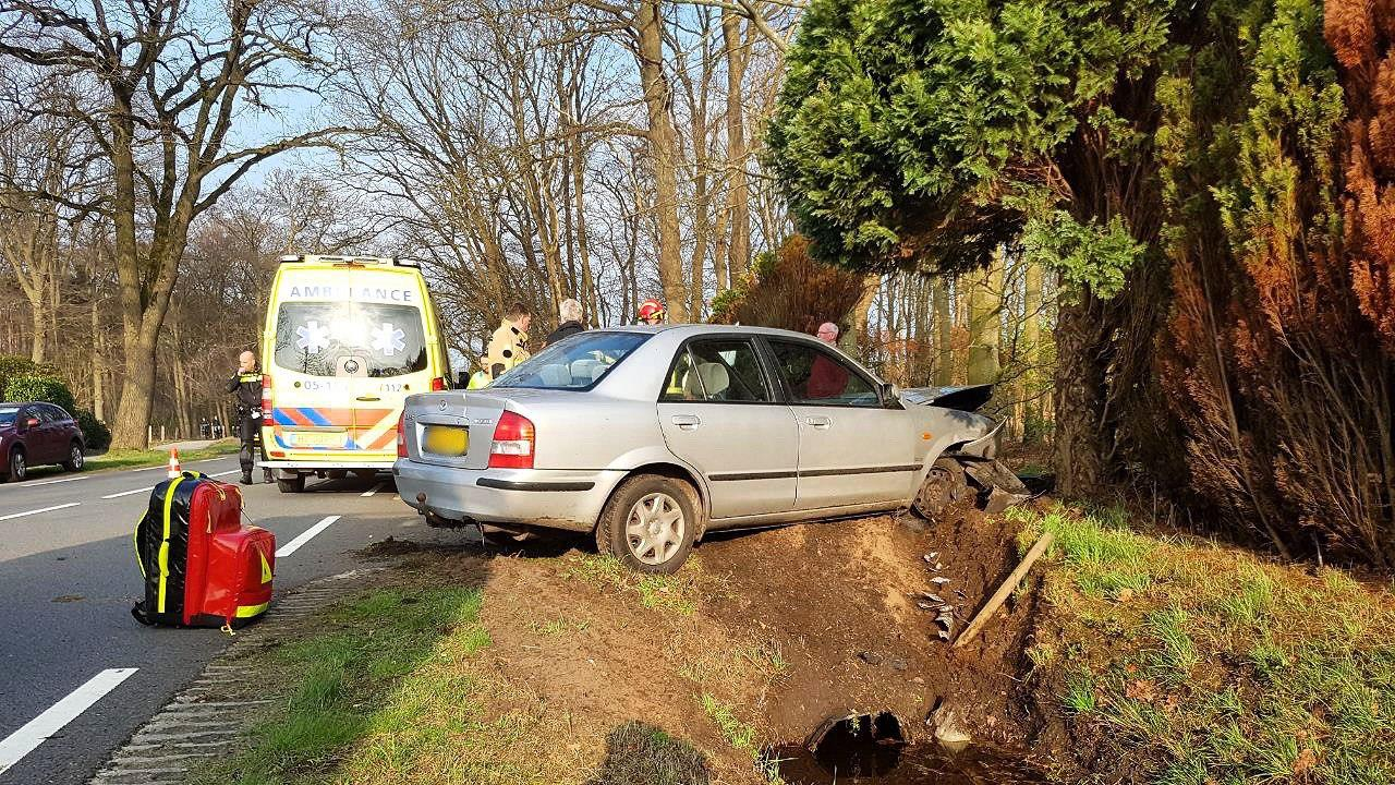 Automobiliste raakt gewond bij eenzijdig ongeval in Tubbergen.