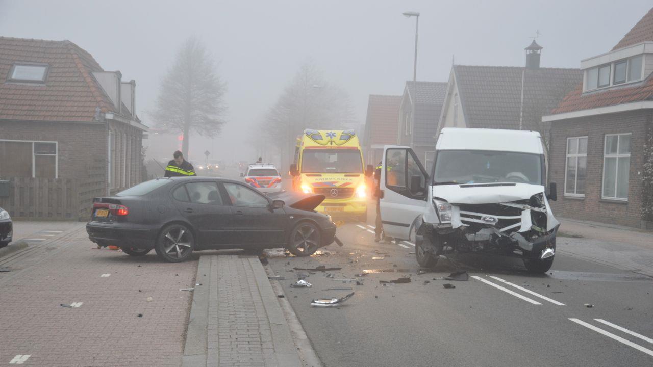 Twee gewonden bij ongeluk met auto en bedrijfsbus in Witte Paarden.