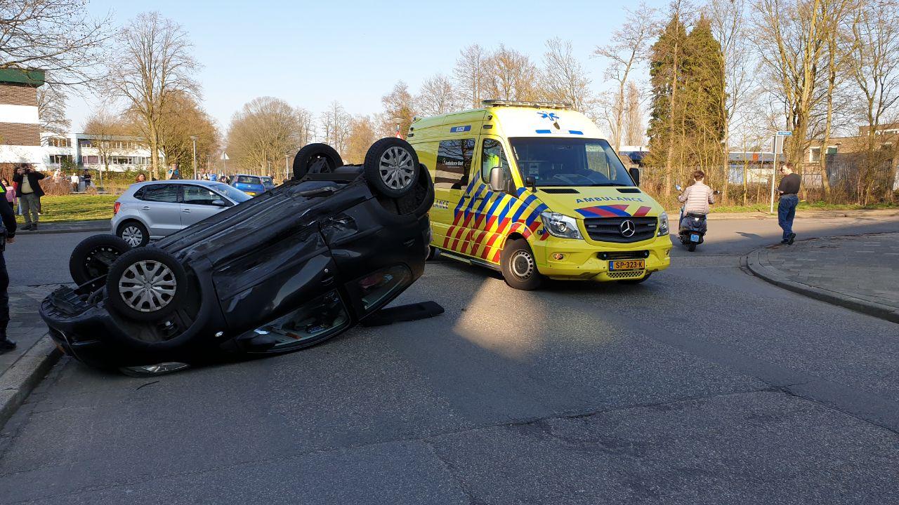 Auto op de kop na botsing in Enschede, vrouw gewond.