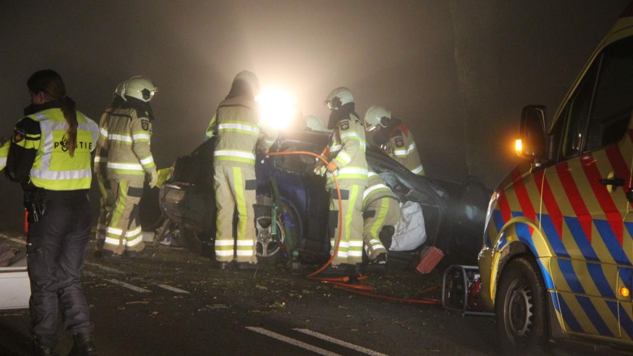 Automobilist gewond bij botsing tegen boom in buitengebied Oldemarkt.