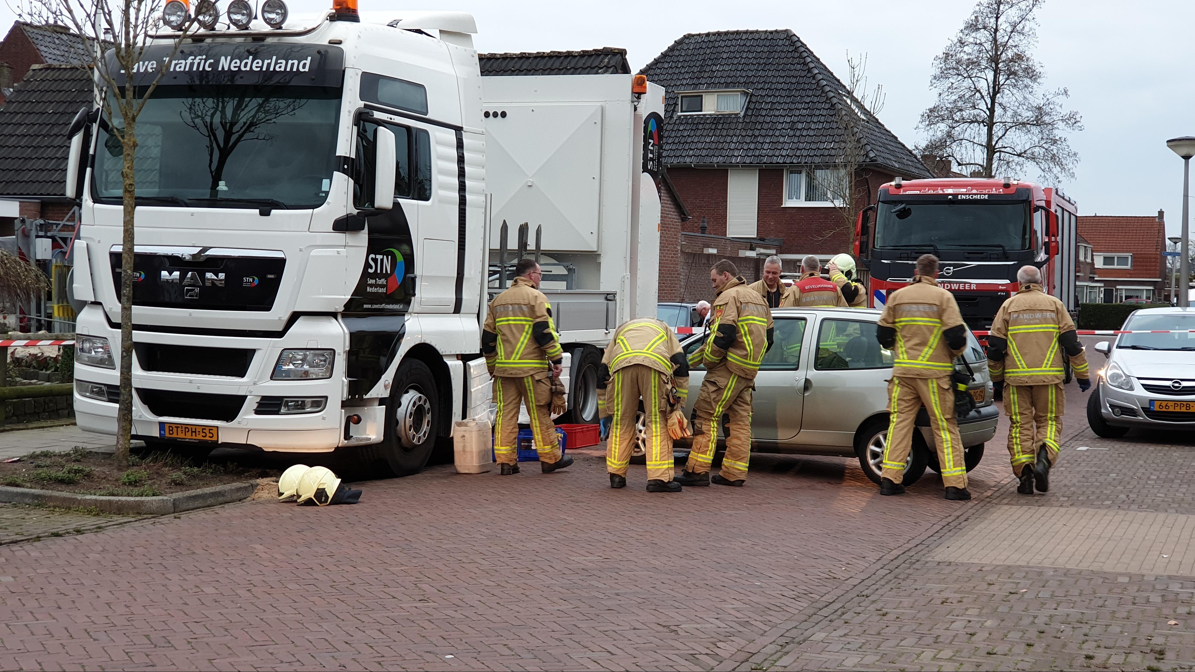 Vrachtwagen lekt diesel na botsing met auto in Glanerbrug.