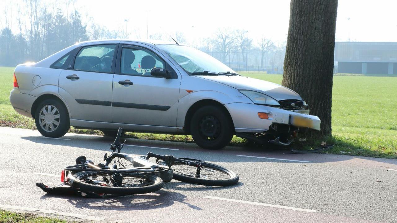 Fietser naar het ziekenhuis na ongeluk in Usselo.