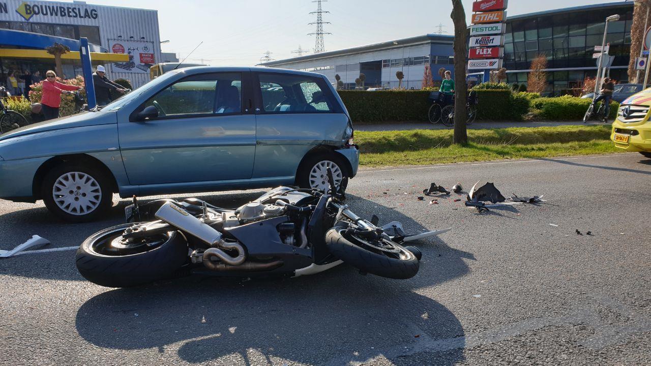 Motorrijder naar het ziekenhuis na ongeluk in Hengelo.