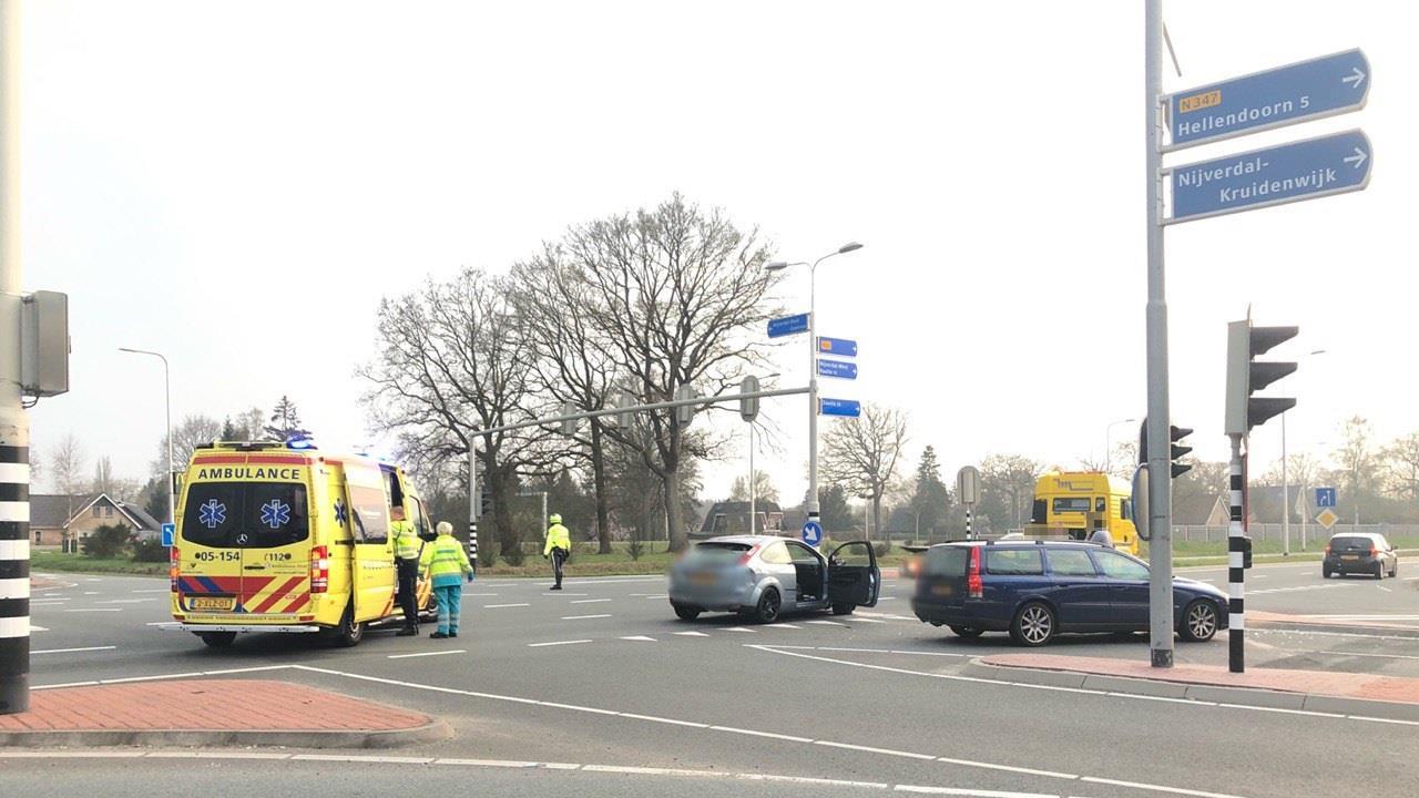 Gewonde bij botsing autos op kruising in Nijverdal.